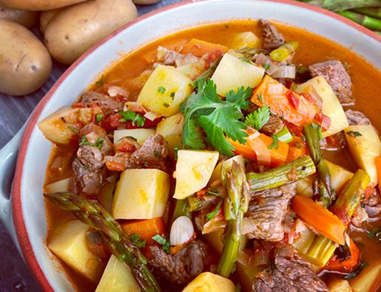 Carne estufada com batatas, espargos e cenoura